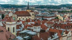 Vista aerea del timelapse dei tetti rossi tradizionali della città di Praga, repubblica Ceca con la chiesa della st Jilji archivi video