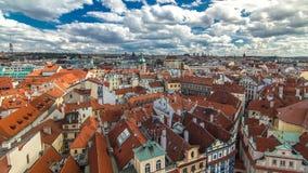 Vista aerea del timelapse dei tetti rossi tradizionali della città di Praga, repubblica Ceca con la chiesa della st Jilji video d archivio
