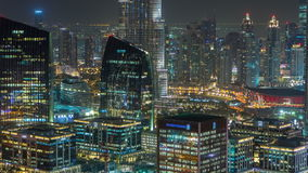 Vista aerea del timelapse di notte di area del lago dubai e dei grattacieli del centro dell'isola di Città Vecchia, dalla cima Ci video d archivio