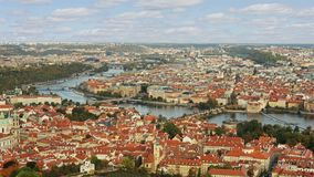 Vista aerea del timelapse di vecchia architettura della città con i tetti rossi a Praga, repubblica Ceca St Vitus Cathedral dentr stock footage