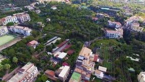 Vista aerea del traffico cittadino di Sorrento, transpotation Italia, via di vecchia citt? delle montagne, concetto di turismo, m stock footage