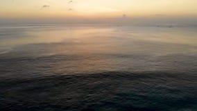 Vista aerea del tramonto sopra il mare con alcune piccole barche, Bali, Indonesia stock footage
