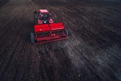 Vista aerea del trattore che lavora al campo del raccolto Fotografia Stock