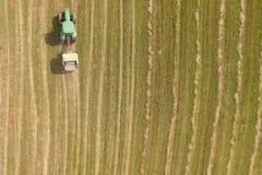 Vista aerea del trattore con la pressa per balle rotonda sul campo Fotografie Stock Libere da Diritti