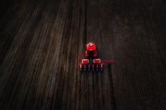 Vista aerea del trattore rosso che prepara campo Fotografie Stock