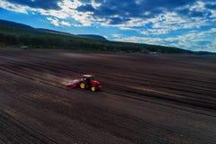Vista aerea del trattore rosso che prepara campo Fotografia Stock Libera da Diritti