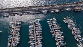 Vista aerea del video color giallo canarino di vista superiore 4K UHD del fuco della Spagna dell'isola di Tenerife del porto Fotografia Stock