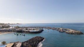 Vista aerea del video color giallo canarino di vista superiore 4K UHD del fuco della Spagna dell'isola di Tenerife del porto Immagini Stock Libere da Diritti