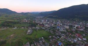 Vista aerea del villaggio carpatico stock footage
