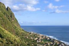Vista aerea del villaggio costiero all'Oceano Atlantico Immagine Stock Libera da Diritti