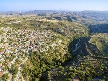 Vista aerea del villaggio di Arsos, Limassol, Cipro Immagine Stock