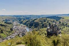 Vista aerea del villaggio e del castello in Vianden fotografia stock