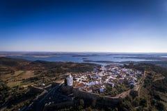 Vista aerea del villaggio storico di Monsaraz nell'Alentejo con il bacino idrico della diga di Alqueva sui precedenti Fotografia Stock