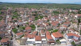 Vista aerea del villaggio turistico costiero su una collina, Athitos Halkidiki Grecia, movimento ascendente in fuco stock footage