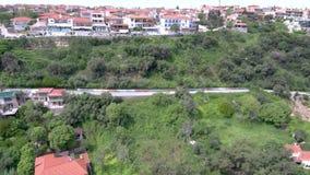 Vista aerea del villaggio turistico costiero su una collina, Athitos Halkidiki Grecia, movimento di andata in fuco stock footage