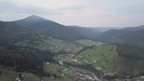 Vista aerea del villaggio ucraino nelle montagne carpatiche archivi video
