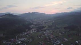Vista aerea del villaggio ucraino nelle montagne carpatiche video d archivio