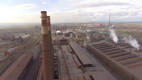 Vista aerea dell'acciaieria industriale Fabbrica aerea dello sleel Sorvolare i tubi dell'acciaieria del fumo video d archivio