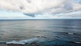 Vista aerea dell'acqua dell'oceano video d archivio