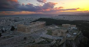 Vista aerea dell'acropoli di Atene al tramonto stock footage