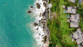 Vista aerea dell'albergo di lusso e della villa privata con la piscina nel confine della scogliera archivi video