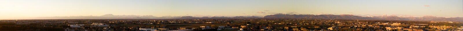 Vista aerea dell'arco alpino visto dalla valle di Po Montagne e picchi sull'orizzonte al tramonto Fotografia Stock