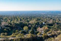 Vista aerea dell'area di Altadena e delle montagne immagine stock libera da diritti