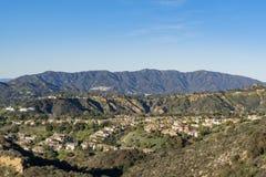 Vista aerea dell'area di Altadena e delle montagne fotografia stock libera da diritti