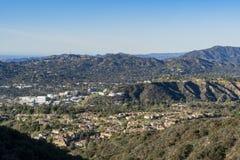 Vista aerea dell'area di Altadena e delle montagne fotografie stock libere da diritti
