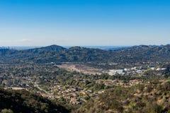 Vista aerea dell'area di Altadena e delle montagne immagini stock libere da diritti