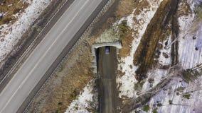 Vista aerea dell'automobile che guida su un sentiero forestale fra gli alberi video d archivio