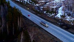 Vista aerea dell'automobile rossa che guida su uno scambio enorme al tramonto video d archivio