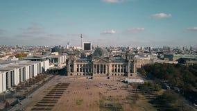 Vista aerea dell'edificio a Berlino, il punto di riferimento tedesco più popolare di Reichstag archivi video