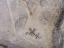 Vista aerea dell'escavatore e del camion che lavorano al campo della sabbia Immagini Stock