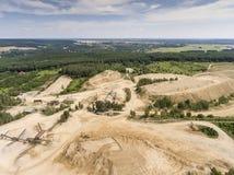 Vista aerea dell'escavatore e del camion che lavorano al campo della sabbia Fotografie Stock Libere da Diritti