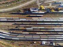 Vista aerea dell'iarda della ferrovia con i treni del carico e del passeggero sulla ferrovia fotografia stock libera da diritti