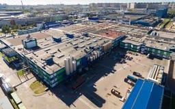 Vista aerea dell'impianto lattiero nella zona industriale della città Immagini Stock Libere da Diritti