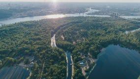 Vista aerea dell'isola Alberi Forest The Dnieper River Estate giorno kiev l'ucraina fotografie stock