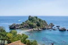 Vista aerea dell'isola di Isola Bella e della spiaggia - Taormina, Sicilia, Italia Immagine Stock