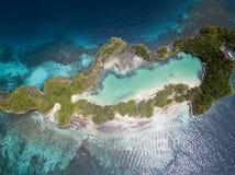 Vista aerea dell'isola e di Marine Lake del calcare in Raja Ampat fotografie stock libere da diritti