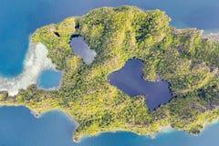 Vista aerea dell'isola e di Marine Lakes in Raja Ampat immagini stock