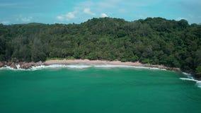 Vista aerea dell'oceano del turchese e della spiaggia tropicale di paradiso archivi video
