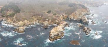 Vista aerea dell'oceano e di bella linea costiera in California fotografia stock