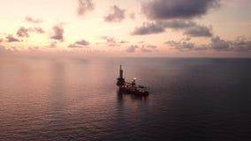 Vista aerea dell'olio tenero Rig Barge Oil Rig di perforazione video d archivio