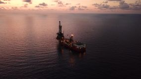 Vista aerea dell'olio tenero Rig Barge Oil Rig di perforazione stock footage