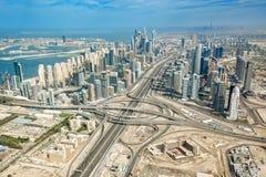 Vista aerea dell'orizzonte con scambio della strada principale della strada di Sheikh Zayeg, UAE del porticciolo del Dubai fotografia stock libera da diritti