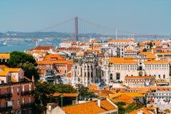 Vista aerea dell'orizzonte del centro di Lisbona di di vecchi città e 25 storici de Abril Bridge venticinquesima April Bridge Fotografia Stock Libera da Diritti