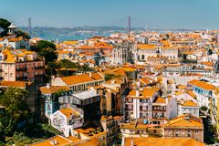 Vista aerea dell'orizzonte del centro di Lisbona di di vecchi città e 25 storici de Abril Bridge venticinquesima April Bridge Immagine Stock