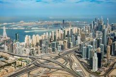 Vista aerea dell'orizzonte del porticciolo del Dubai, dello scambio della strada e della palma Jumeirah, UAE fotografia stock libera da diritti