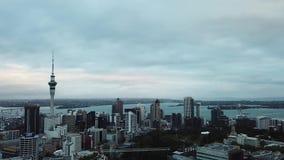 Vista aerea dell'orizzonte della città di Auckland, Nuova Zelanda video d archivio